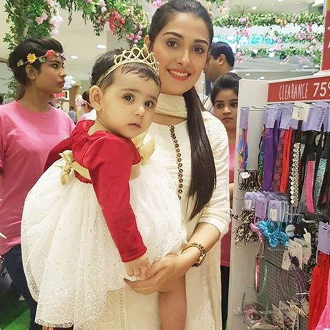 Mahira Khan Amp Ayeza At Dolmen Mall Karachi For Mothers Day