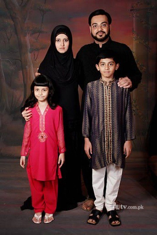 family pictures of aamir liaquat with wife and kids