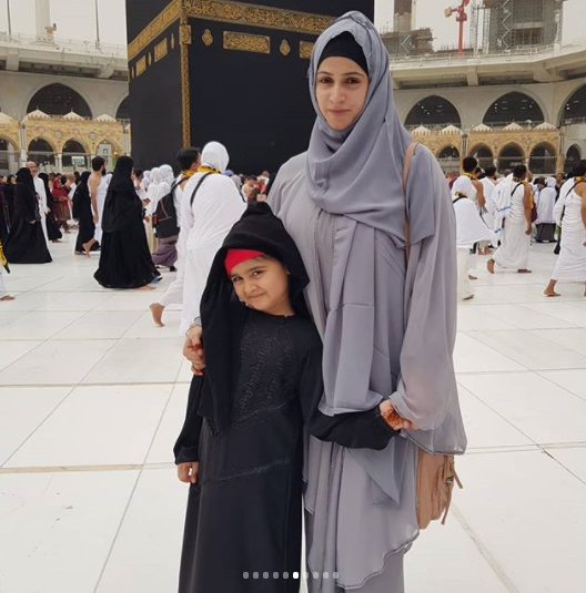 Noor Bukhari With Her Daughter In Masjid E Nabawi Madina