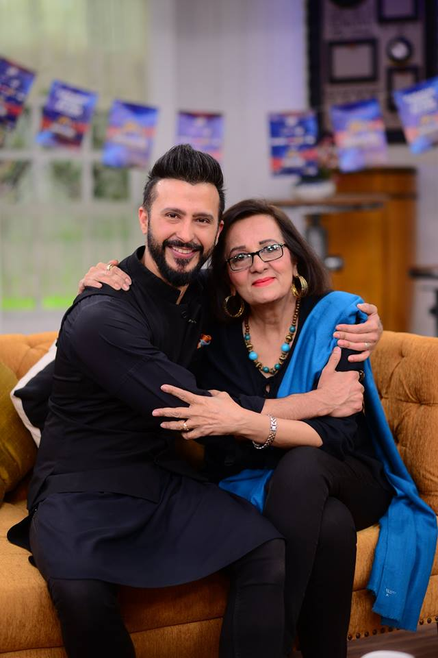actor ali kazmi with his mother in nida yasir show