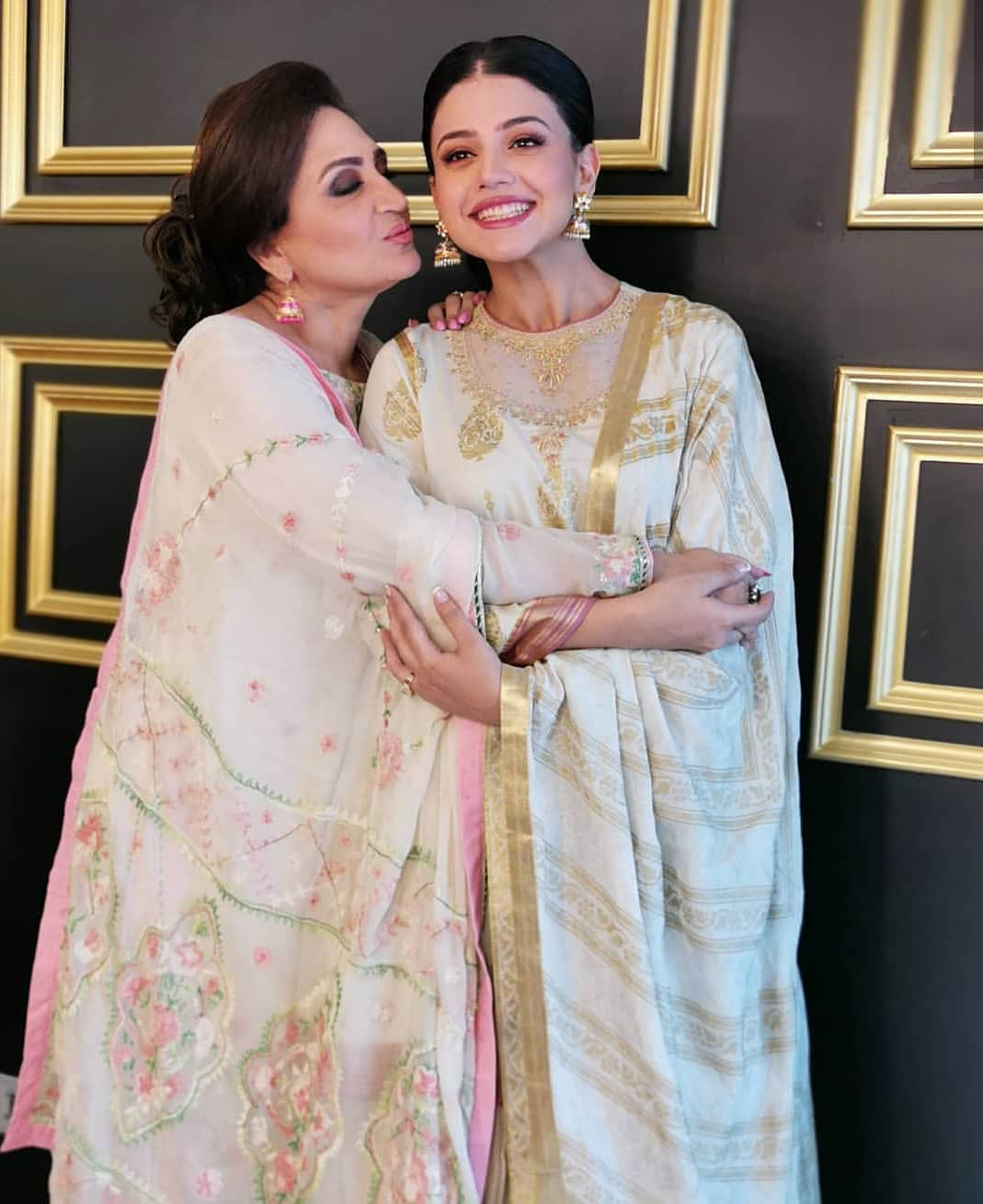 Beautiful Photoshoot Of Zara Noor Abbas With Her Mother