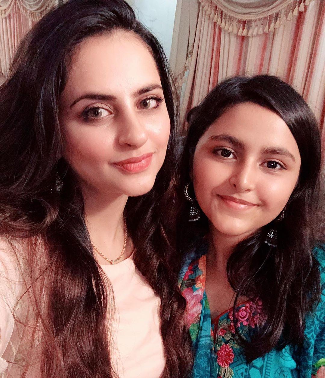 , Fatima Effendi and Mariyam Nafees on the Set of their Drama Munafiq, Top Breaking News, Top Breaking News