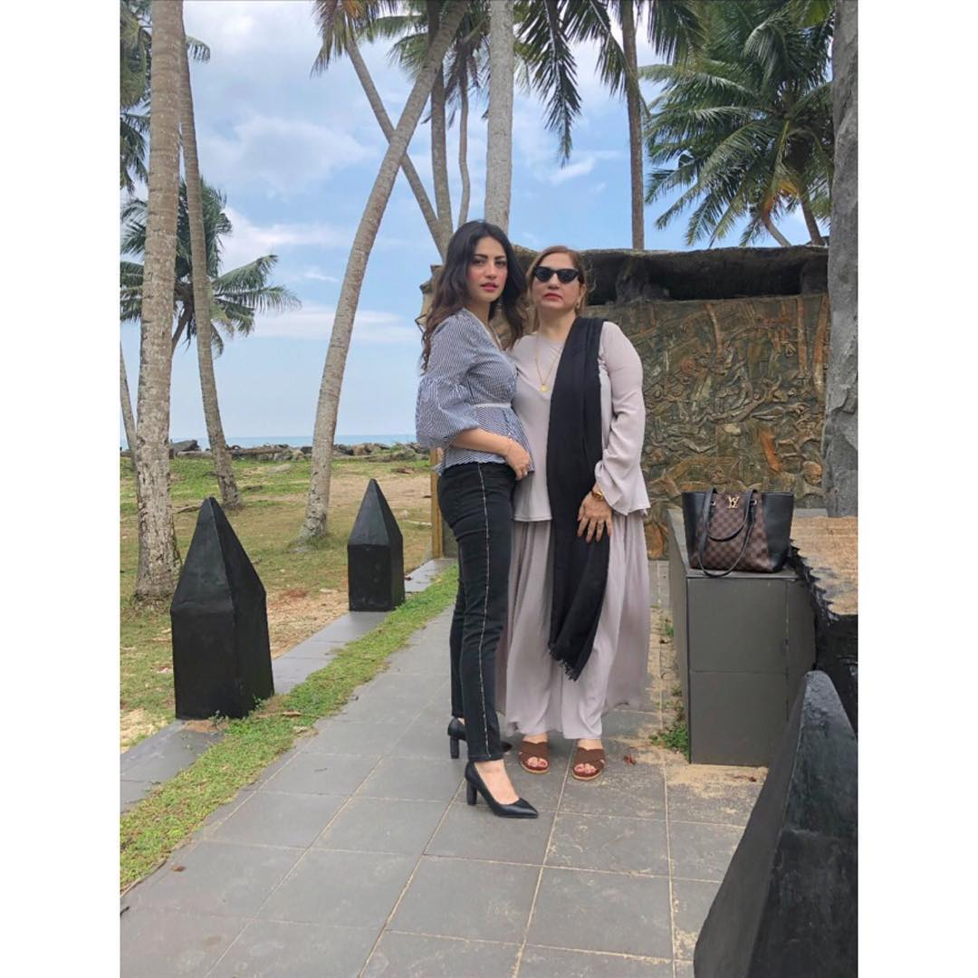latest clicks of neelam muneer with her mother in thailand